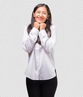 非常に幸せと興奮、腕を上げる、勝利または成功を祝う、宝くじに勝つ若いインド人女性の肖像画