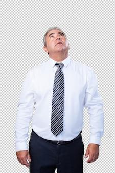 Зрелый человек, глядя вверх