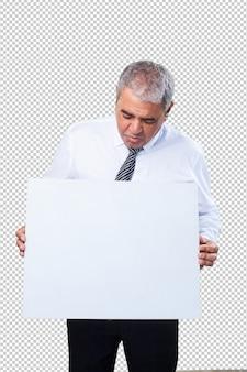 Зрелый мужчина держит пустой плакат