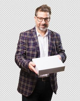 白い箱を持って中年の男