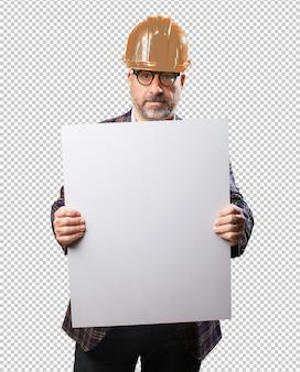 空白のプラカードを持って建築家男
