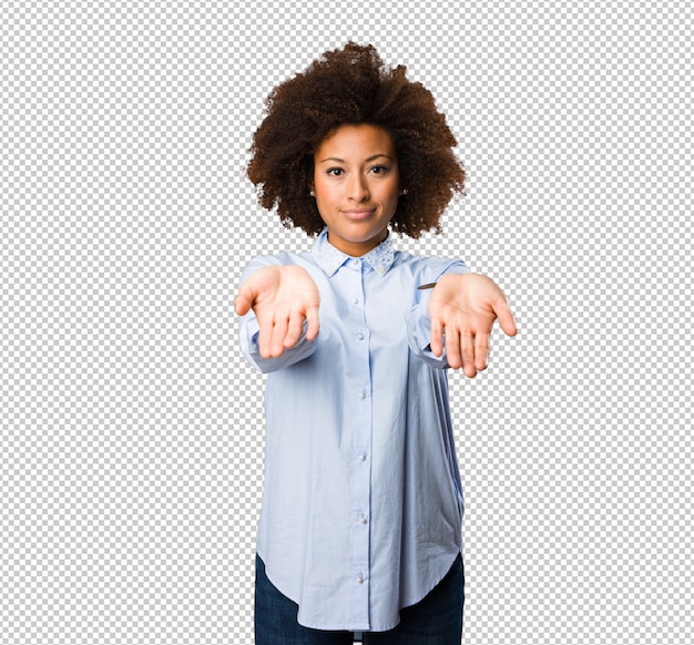 何かを提供している若い黒人女性