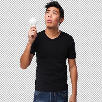 アイデアを持つ若い中国人男性
