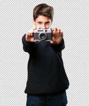 カメラを保持している小さな男の子