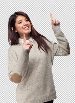 サインを指しているクールな中国女性