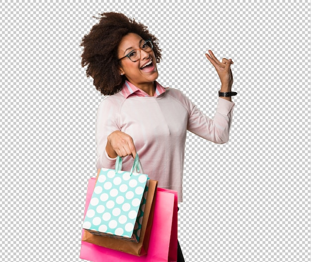 黒人女性の買い物袋を保持