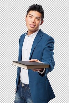 本を持つ中国人の男
