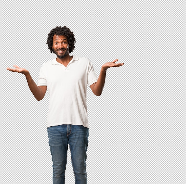Красивый афроамериканец смеется и веселится, будучи расслабленным и веселым, чувствует себя уверенно и успешно
