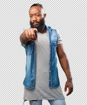 Черный человек, указывая спереди на белом