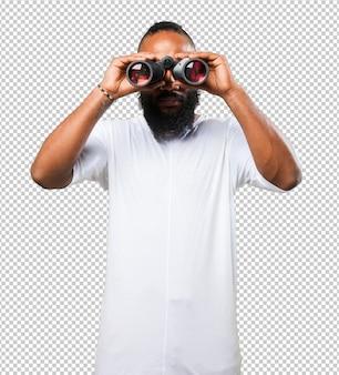 双眼鏡を持つ黒人男性