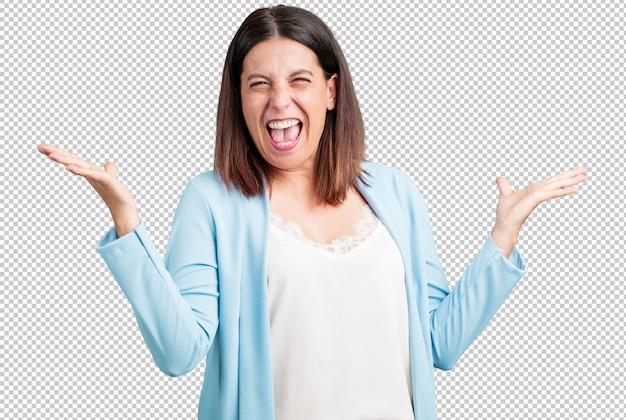 Женщина средних лет сумасшедшая и отчаянная, кричащая из-под контроля, смешная сумасшедшая, выражающая свободу и дикость