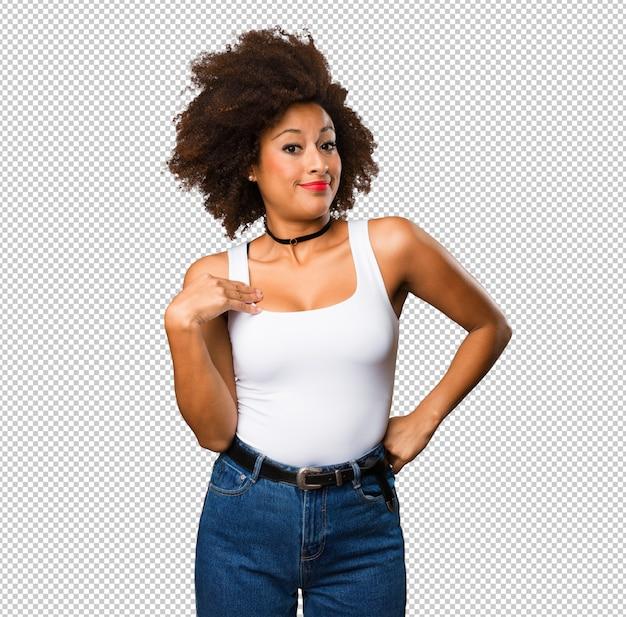 自分自身を指している若い黒人女性