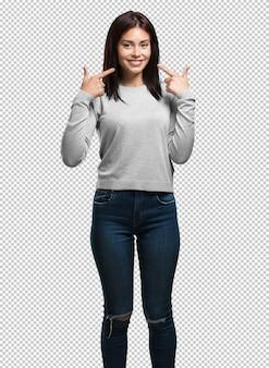若いきれいな女性の笑顔、ポインティング口、完璧な歯、白い歯の概念は陽気で陽気な態度
