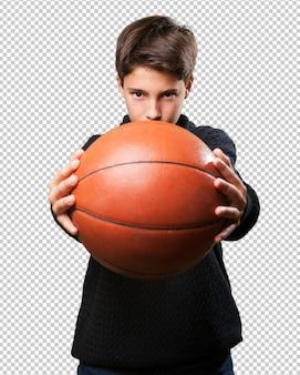 Мальчик играет в корзину