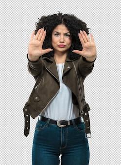 停止ジェスチャーを行う若い女性
