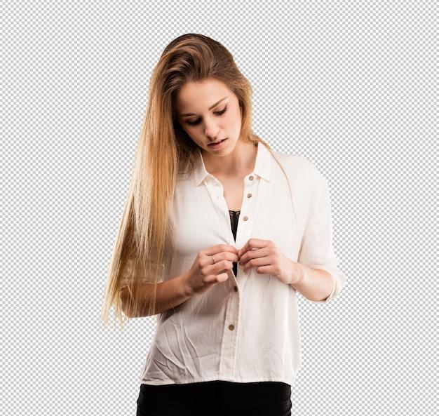 Довольно молодая женщина, регулируя ее рубашку