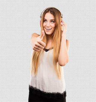 Музыка довольно молодой женщины слушая на наушниках