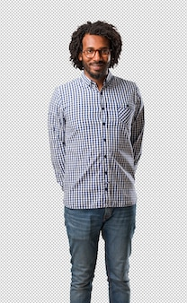 Красивый бизнес афроамериканец, человек веселый и с широкой улыбкой, уверенный в себе, дружелюбный и искренний, выражающий позитивность и успех
