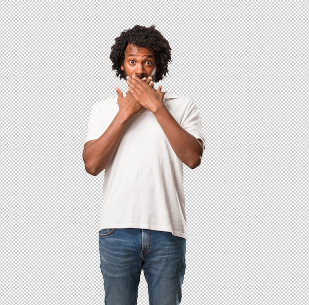 何も言わないようにしようとしている口、沈黙と抑圧の象徴を覆うハンサムなアフリカ系アメリカ人