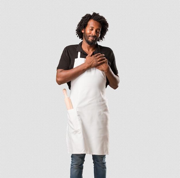 ハンサムなアフリカ系アメリカ人のパン屋は誰かと恋にロマンチックなジェスチャーを行うか、いくつかの友人の愛情を示す
