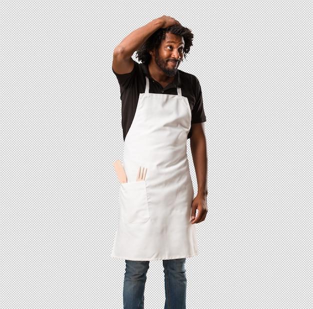 ハンサムなアフリカ系アメリカ人のパン屋は心配し、圧倒され、忘れっぽい、何かを実現し、ミスをしたときのショックの表現