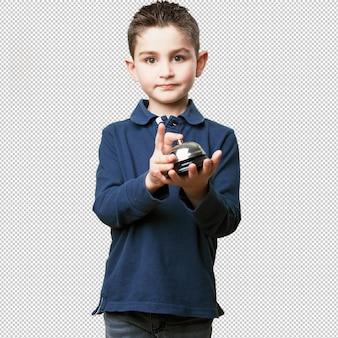Маленький ребенок, нажав кнопку