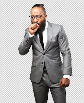 Деловой черный человек кашляет жестом