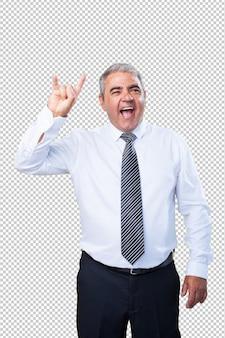 Зрелый человек делает жест рок