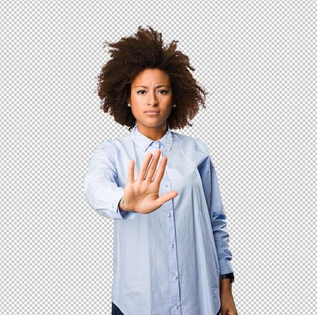 停止ジェスチャーをしている若い黒人女性