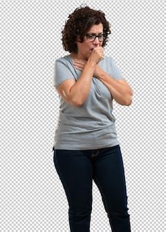 喉の痛み、ウイルスによる病気、疲れて圧倒される中年の女性