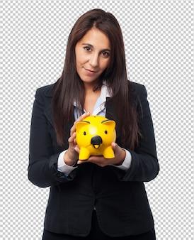 貯金箱を持つクールなビジネスウーマン
