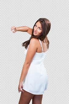 Милая молодая женщина танцует на белом