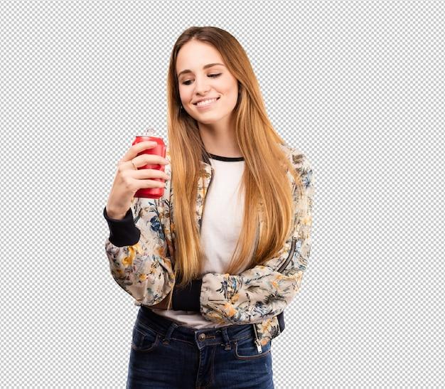 Милая молодая женщина выпивая колу