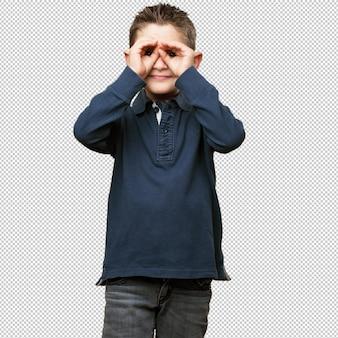 Маленький ребенок делает жест в очках