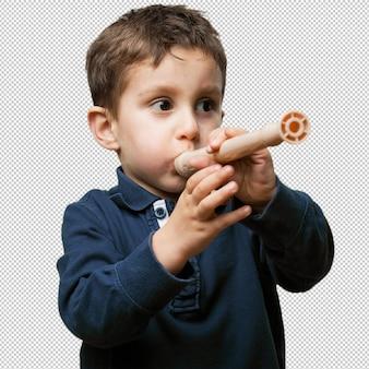 Маленький ребенок играет на флейте