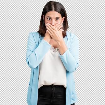 Женщина средних лет, прикрывающая рот, концепция молчания и репрессий, пытающаяся ничего не говорить