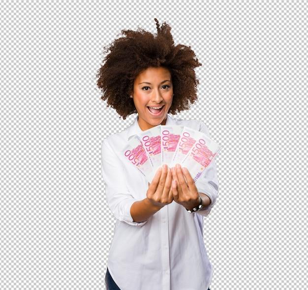 Молодая черная женщина, держащая счета