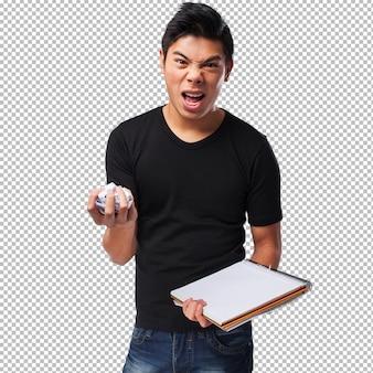ノートブックで怒っている中国人男性
