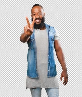 Черный человек делает знак победы