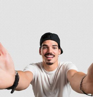 Молодой рэпер человек улыбается и счастлив