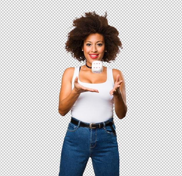 Молодая чернокожая женщина играет в кости