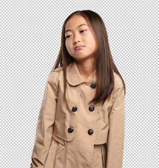 退屈している中国の少女