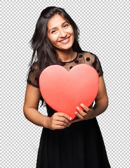 Латинская женщина держит форму сердца