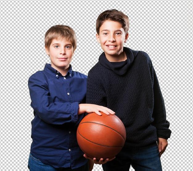 バスケットボールをする子供たち