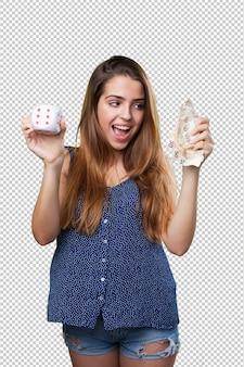 Молодая счастливая женщина держит деньги