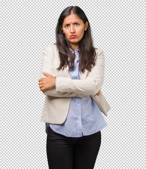 若いビジネスインドの女性は非常に怒っていると怒って、非常に緊張して、叫んで猛烈な、否定的なクレイジー