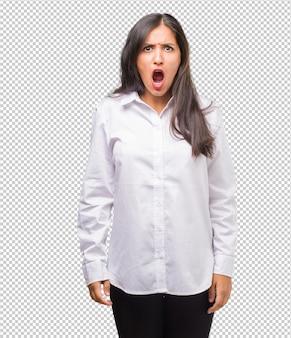 非常に怒っていると怒って、非常に緊張した、激怒、否定的でクレイジーな叫びの若いインド人女性の肖像画