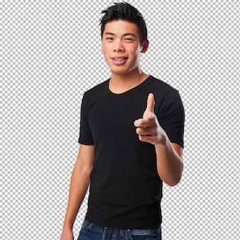 Прохладный китайский человек, указывая спереди