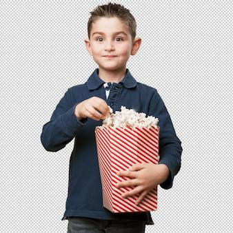 Маленький ребенок ест попкорн