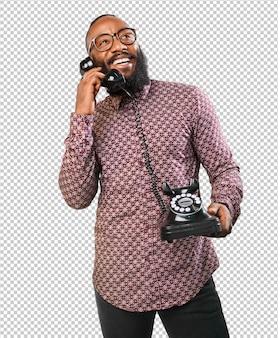 電話で話す幸せな黒人